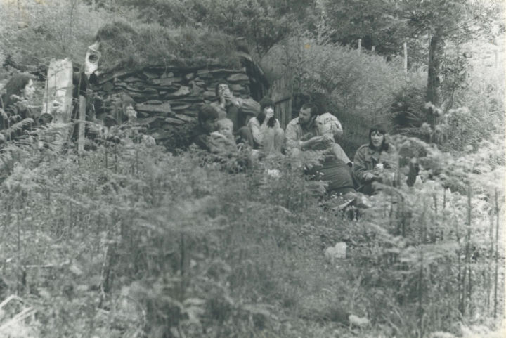 Heather (center with cup) with David Nash (center with toddler) and Cornelia Parker (right) at David Nash's in 1979
